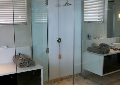 glass-doors-shower-splashback